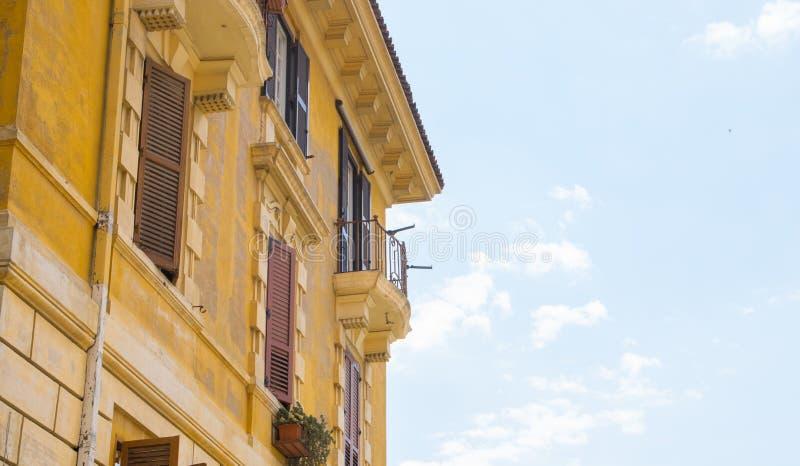 Fachada velha da construção com as janelas em Roma foto de stock