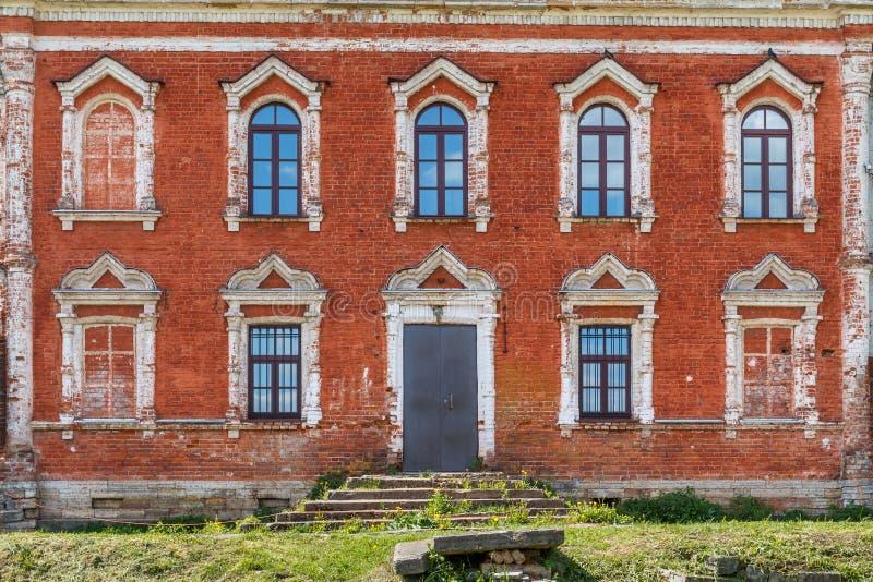 Fachada velha da construção de tijolo em Staraya Ladoga fotos de stock