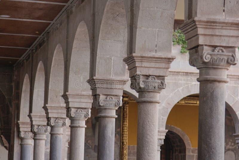 Fachada velha da igreja Católica no Peru de Cuzco fotografia de stock