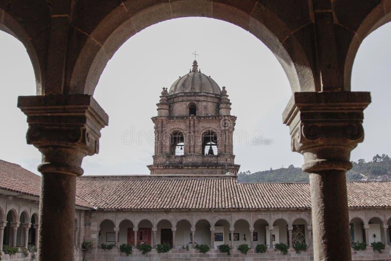 Fachada velha da igreja Católica no Peru de Cuzco imagem de stock
