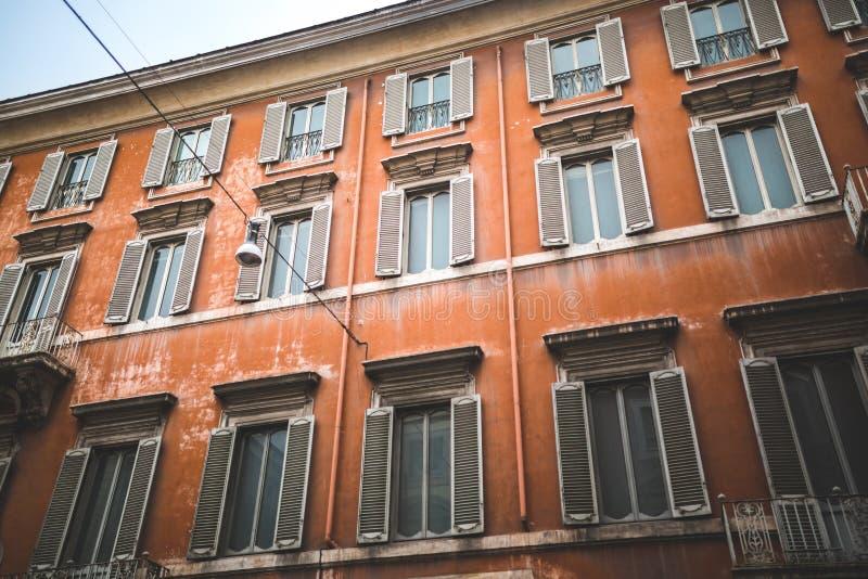 Fachada vermelha da construção no quarto histórico fotos de stock