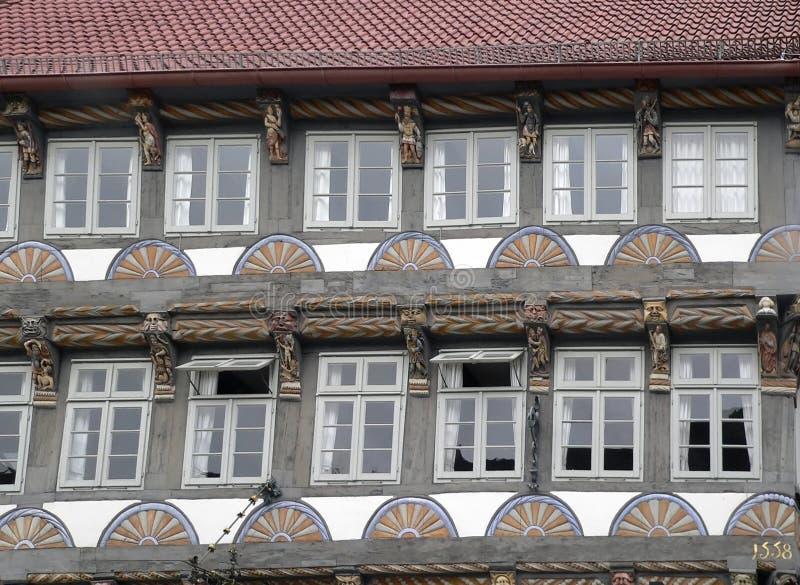 Fachada vieja adornada de la casa fotos de archivo
