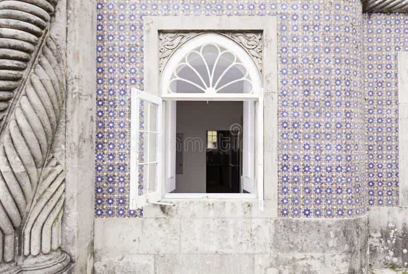 Fachada vieja con las tejas típicas de Lisboa foto de archivo libre de regalías