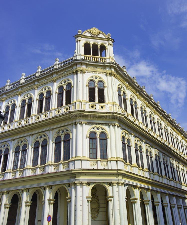 Fachada vieja del edificio de La Habana con arquitectura colonial contra el bl fotos de archivo