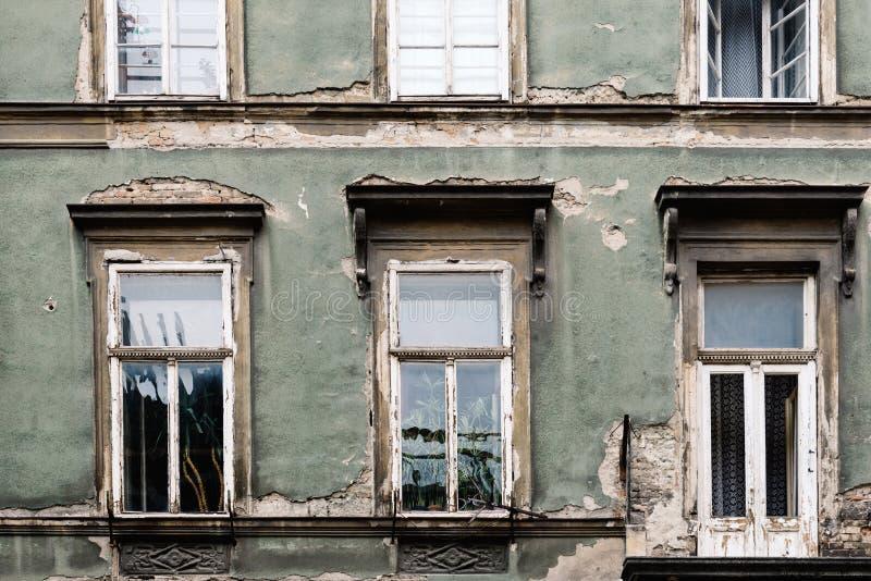 Fachada vieja envejecida del edificio fotos de archivo libres de regalías