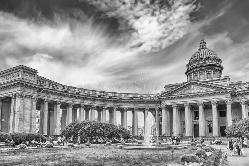 Fachada y columnata de la catedral de Kazán en St Petersburg, Russi foto de archivo