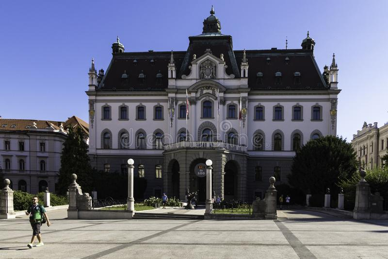 Fachada y entrada principal de la universidad de Ljubljana, Eslovenia imágenes de archivo libres de regalías