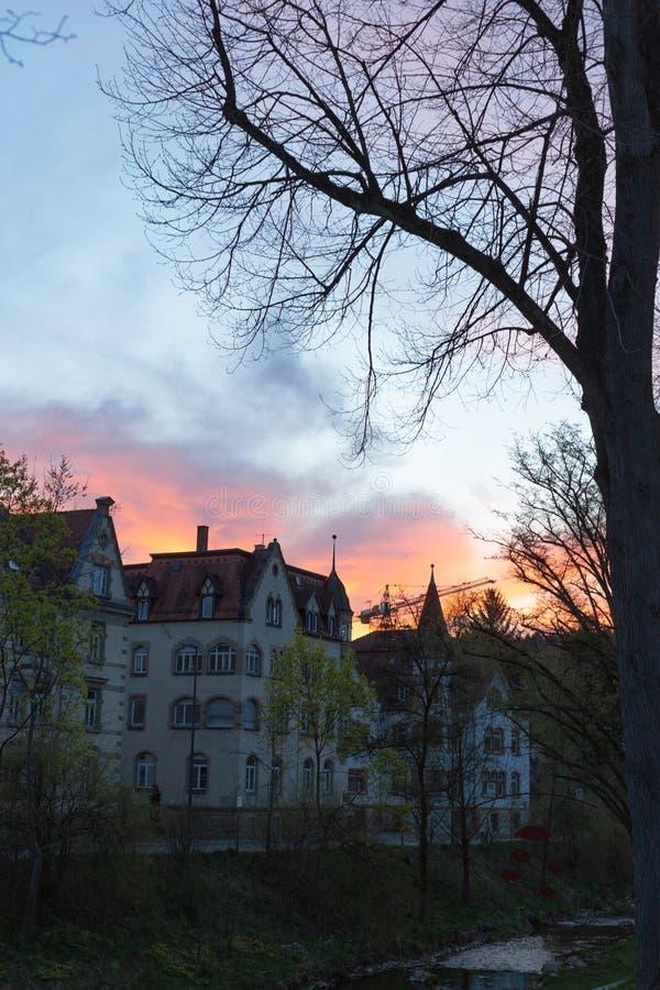fachadas anaranjadas azules de la ciudad del cielo de la puesta del sol imágenes de archivo libres de regalías