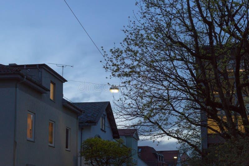 fachadas anaranjadas azules de la ciudad del cielo de la puesta del sol imagen de archivo libre de regalías