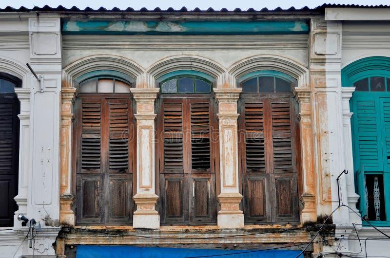 fachadas Chino-portuguesas en la ciudad de Phuket imágenes de archivo libres de regalías