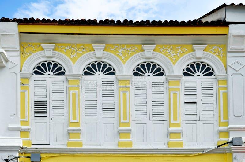 fachadas Chino-portuguesas en la ciudad de Phuket imagenes de archivo
