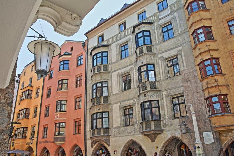 Fachadas coloridas da casa decoradas com pinturas e situadas no centro histórico na rua Herzog Friedrich Strasse fotos de stock