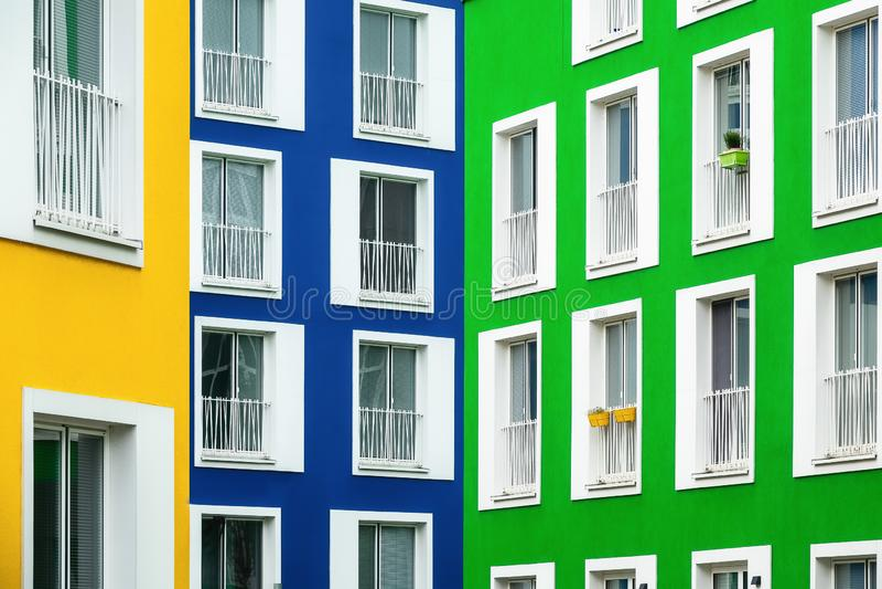 Fachadas coloridas de construções residenciais nas cores amarelas, azuis e verdes imagens de stock royalty free