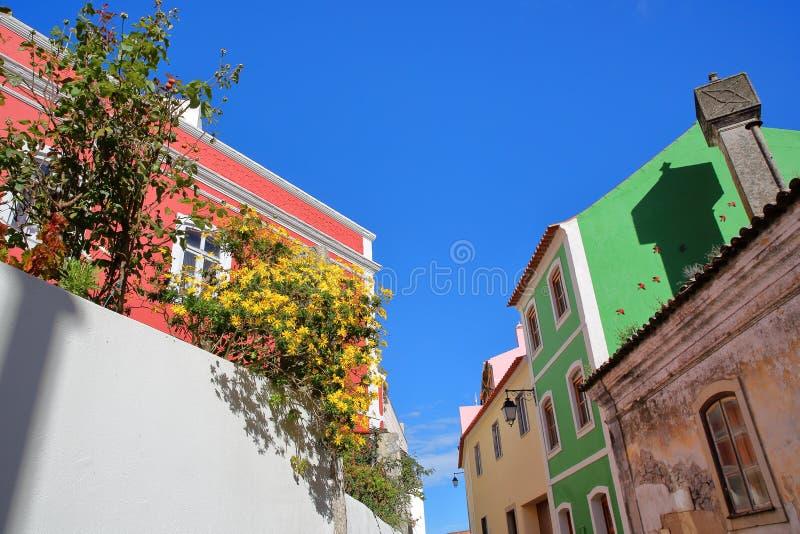 Fachadas coloridas de edificios y de flores viejos dentro de la ciudad vieja de Monchique, Algarve fotografía de archivo