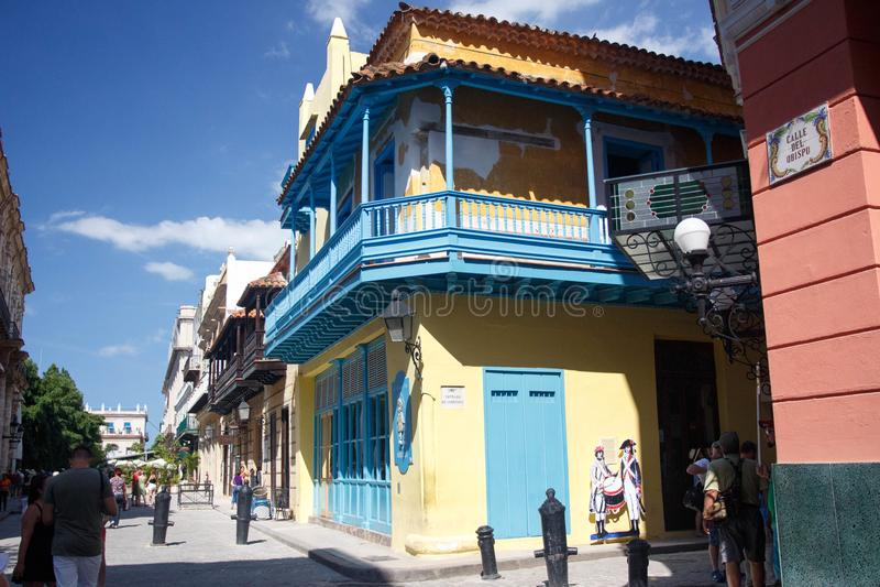 Fachadas coloridas dos balcões na rua no centro histórico de Havana, Cuba fotografia de stock royalty free