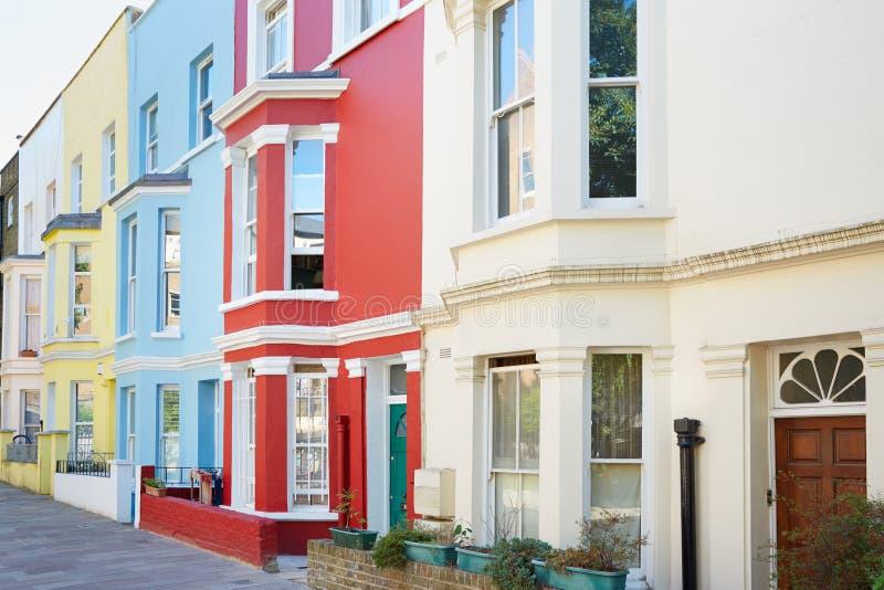Fachadas coloridas típicas das casas em Londres imagens de stock