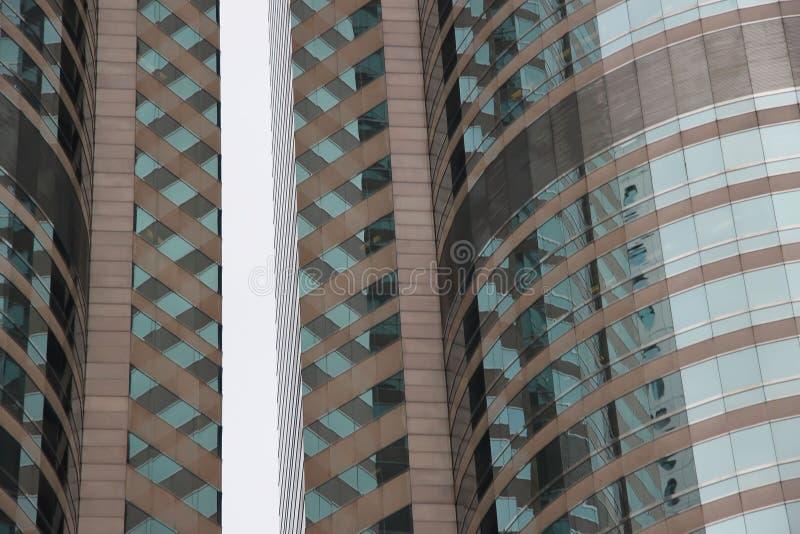 Fachadas de edificios altos modernos y rascacielos ascendentes de la arquitectura, de cristal cercanos Paisaje urbano, ventanas N imagen de archivo