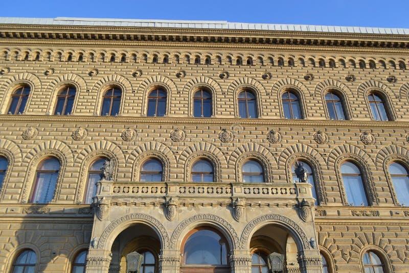 Fachadas de edificios en el terraplén del palacio imagen de archivo libre de regalías