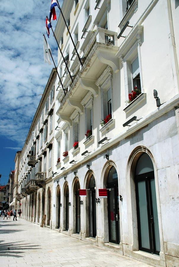 Fachadas e passeio da montra no Split Croatia foto de stock royalty free