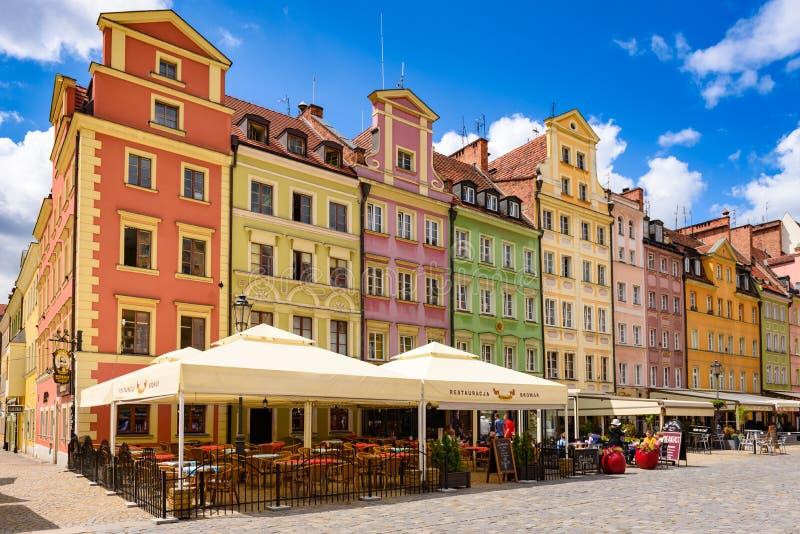 Fachadas famosas de Wroclaw de casas coloridas em torno do mercado imagens de stock