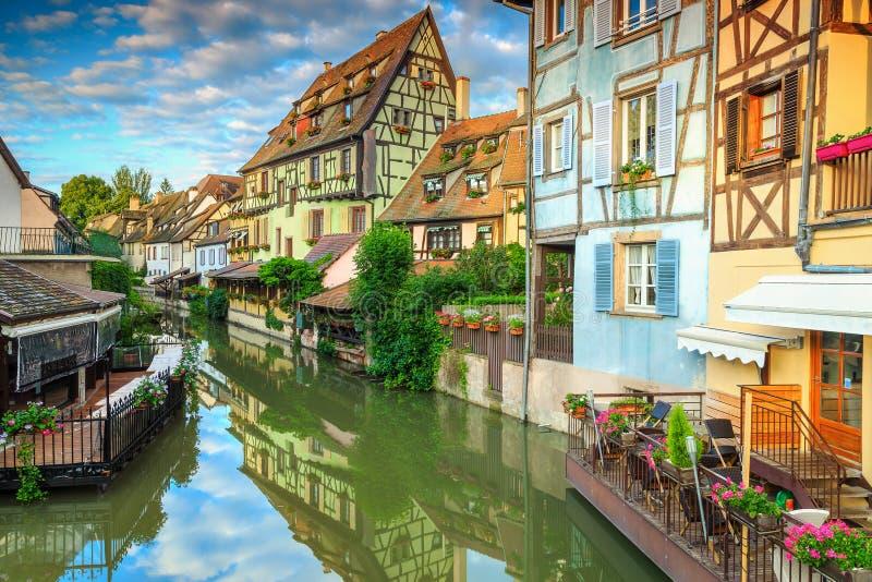 Fachadas metade-suportadas medievais surpreendentes que refletem na água, Colmar, França imagem de stock