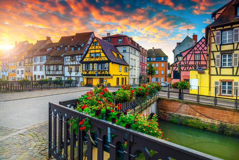 Fachadas mitad-enmaderadas antiguas magníficas con la calle adornada, Colmar, Francia imagen de archivo libre de regalías