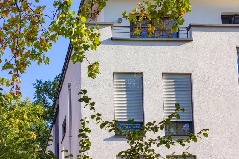 fachadas modernas de la ciudad en la sol del cielo azul del otoño fotografía de archivo