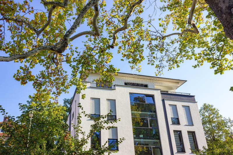 fachadas modernas de la ciudad en la sol del cielo azul del otoño imagenes de archivo