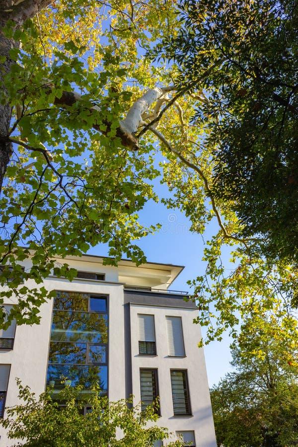 fachadas modernas de la ciudad en la sol del cielo azul del otoño foto de archivo