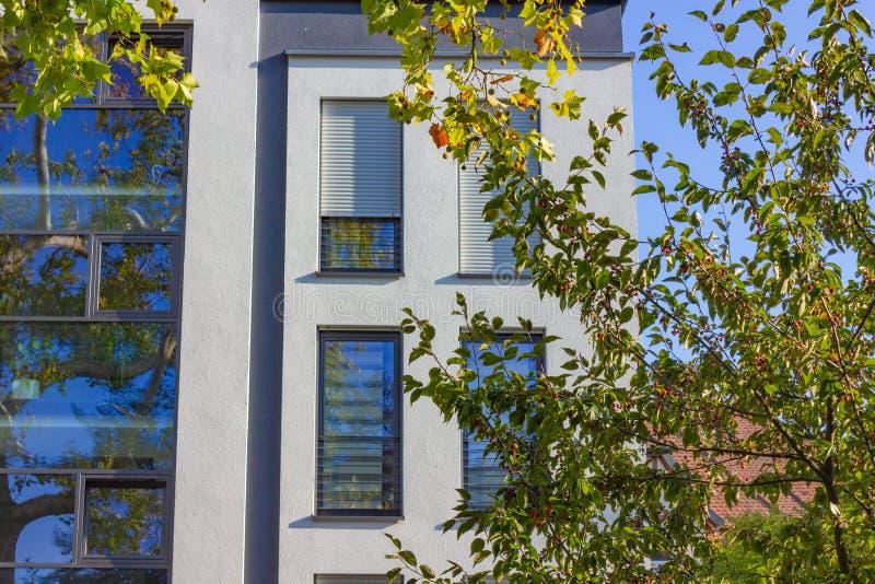 fachadas modernas de la ciudad en la sol del cielo azul del otoño foto de archivo libre de regalías