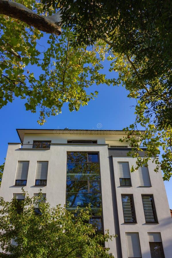 fachadas modernas de la ciudad en la sol del cielo azul del otoño fotos de archivo libres de regalías