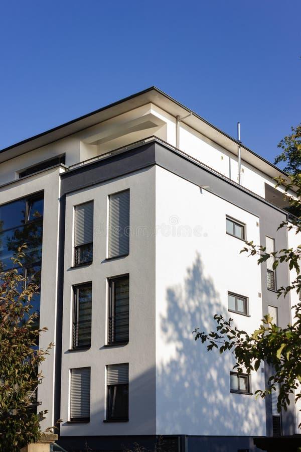fachadas modernas de la ciudad en la sol del cielo azul del otoño imágenes de archivo libres de regalías