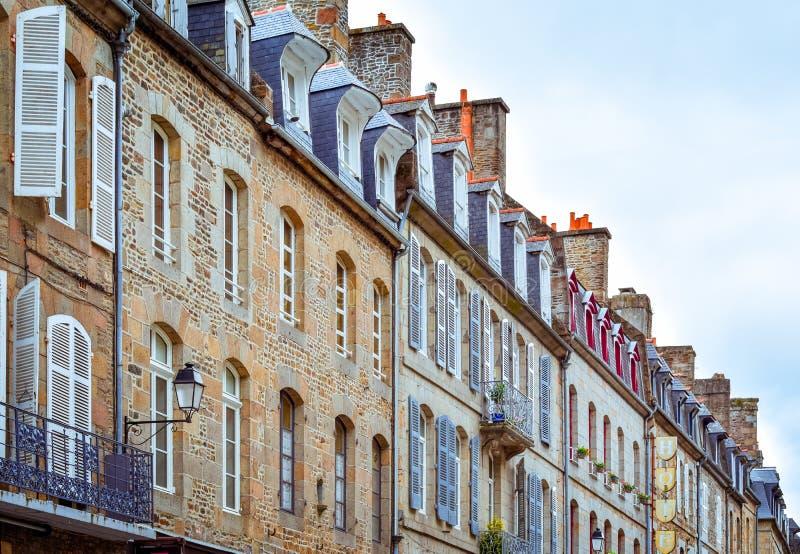 Fachadas típicas francesas coloridas de Brittany Builts e telhados de ardósia de pedra foto de stock