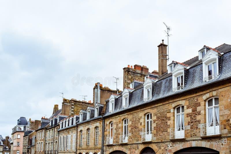 Fachadas típicas francesas de Brittany Builts e telhados de ardósia de pedra fotos de stock royalty free