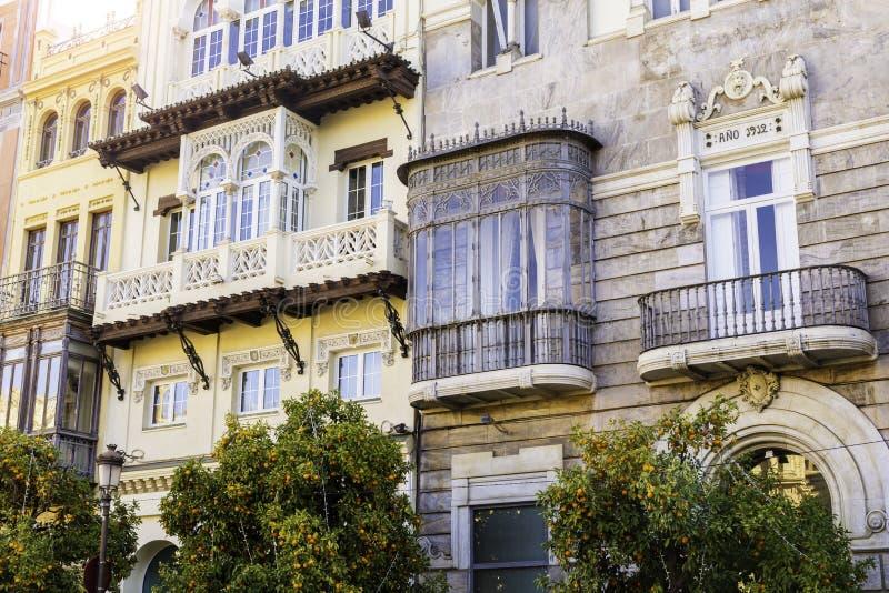 Fachadas tradicionais das casas com os balcões feitos e cinzelados torcidos da cidade de Sevilha, a Andaluzia, Espanha fotos de stock