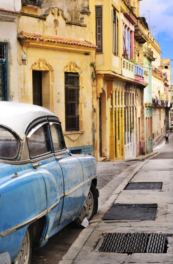 Fachadas y oldtimer coloridos de La Habana fotos de archivo
