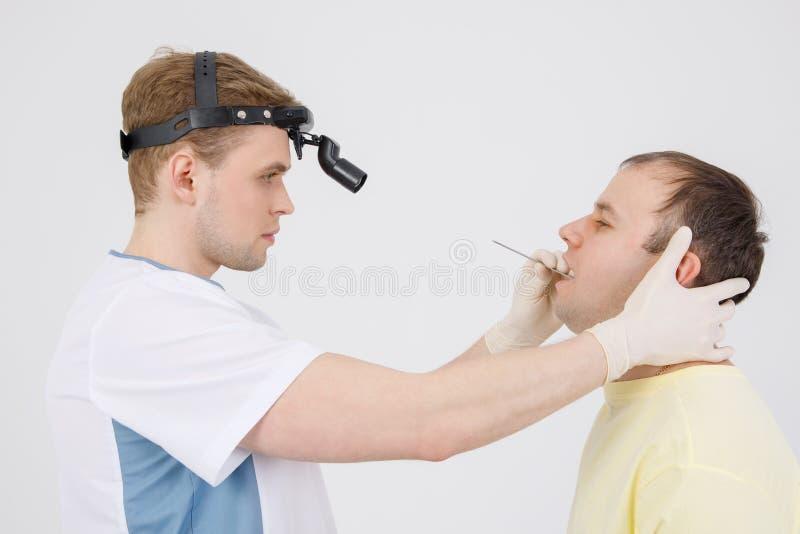 Facharzt für Hals- und Ohrenleiden überprüft die Nase des Mannes mit nasalem Dilatator Medizinische Ausr?stung Diagnose, Gesundhe lizenzfreie stockfotografie