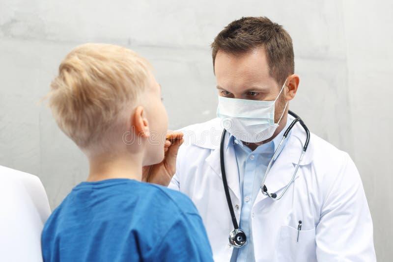 Facharzt für Hals- und Ohrenleiden, ein Kind mit einem Doktor stockfotografie