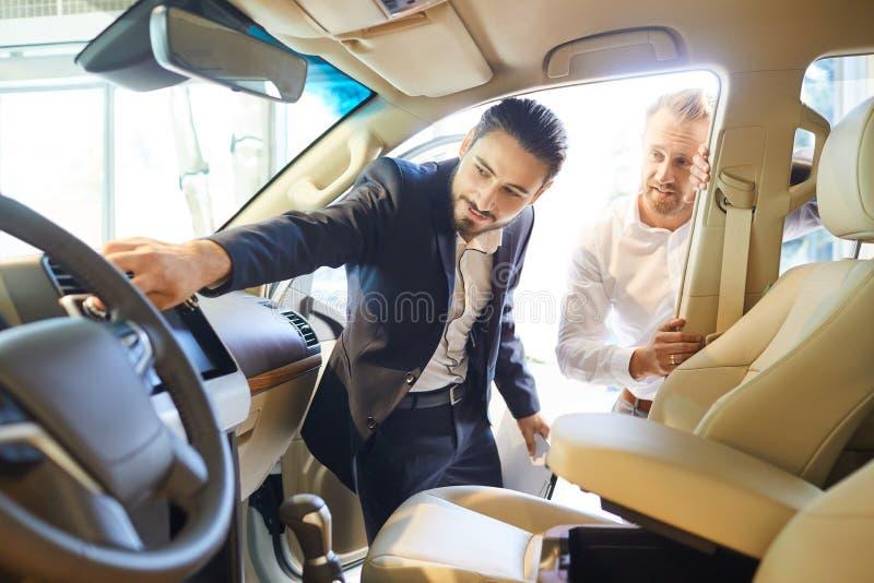 Fachhändler, die Kraftfahrzeuge an den Käufer verkaufen stockfoto