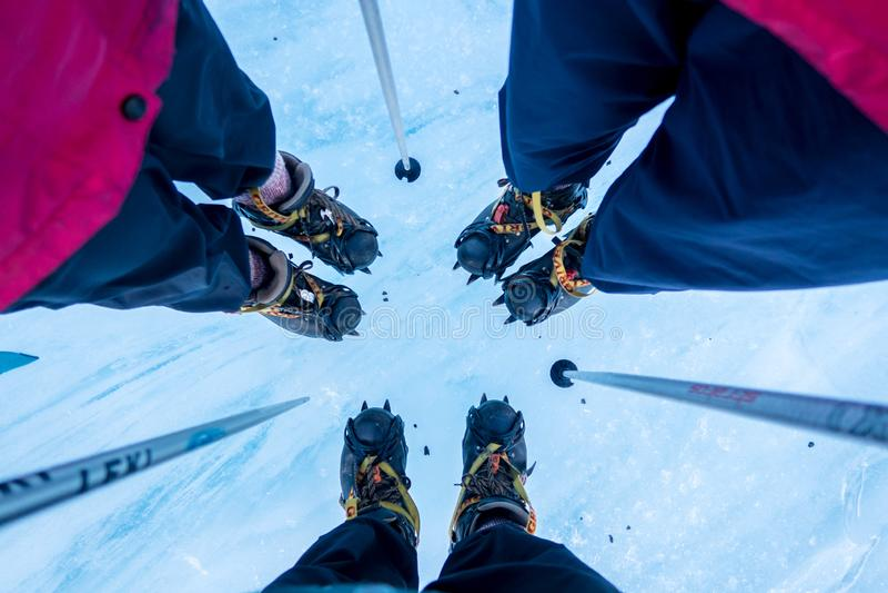 Fachkundige Bergschuhe, Steigeisen, Eisäxte und technische Gänge stockbilder