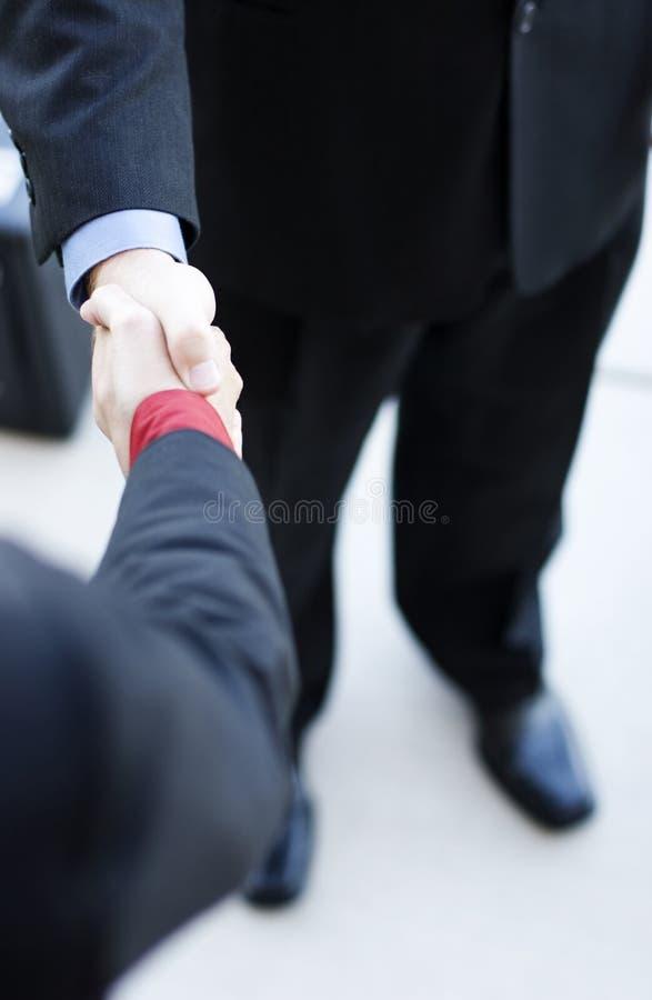 Fachleute rütteln Hände lizenzfreie stockfotos