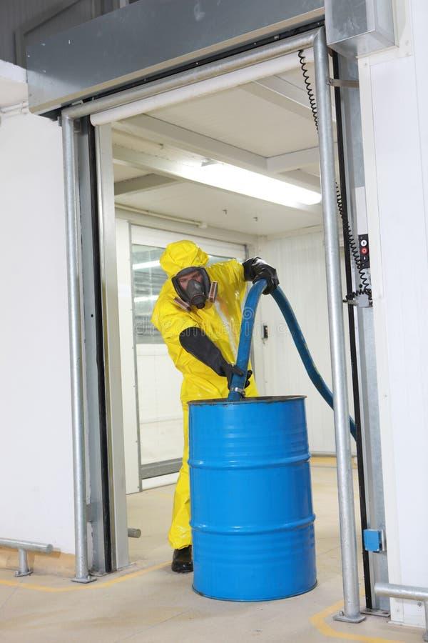 Fachmann, der großes Faß mit Chemikalien füllt lizenzfreie stockbilder