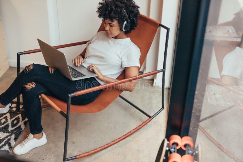 IT-Fachmann, der an neuer Softwareentwicklung arbeitet stockfoto