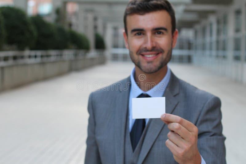 Fachmann, der seine Visitenkarte mit copyspace zeigt lizenzfreie stockbilder