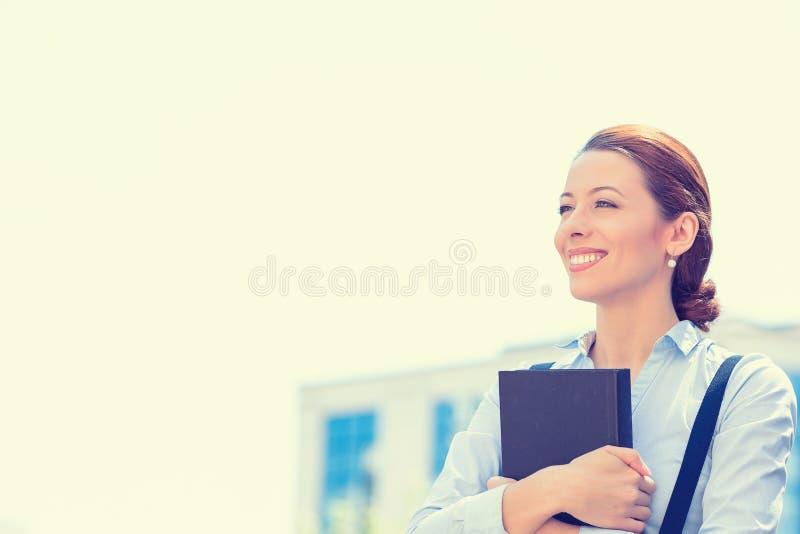 Fachmann, schöne überzeugte Geschäftsfrau mit Buch lizenzfreies stockbild