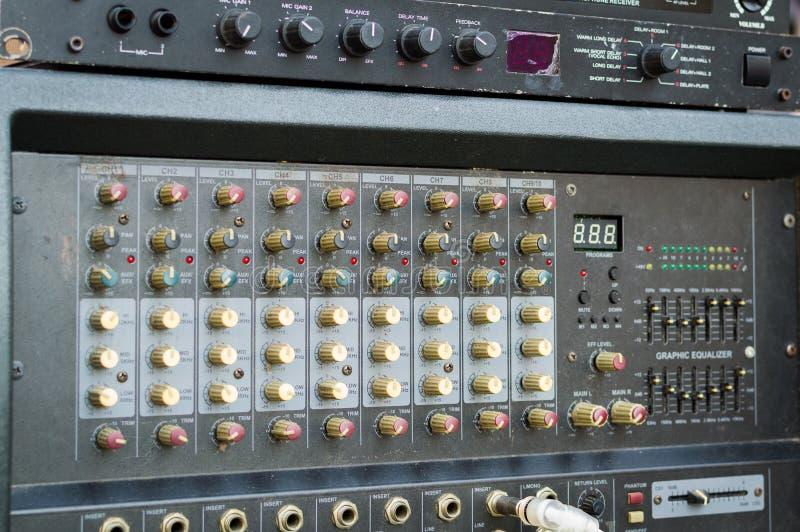 Fachowa audio dj melanżeru konsola, dźwięków narzędzia i przekładnia, pracowniany wyposażenie obrazek fotografia royalty free