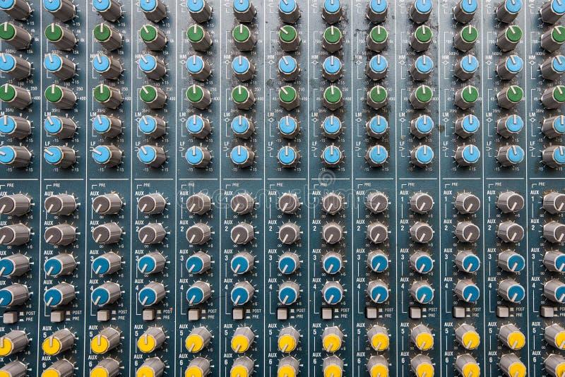 Fachowa audio dj melanżeru konsola, dźwięków narzędzia i przekładnia, pracowniany wyposażenie obrazek, selekcyjnej ostrości fader zdjęcia stock