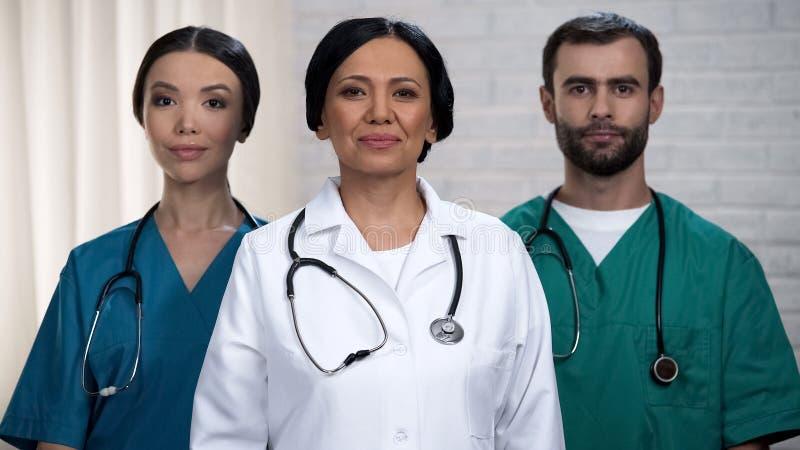 Fachowa chirurg drużyna przygotowywająca dla operaci, cierpliwy traktowanie w bezpiecznych rękach zdjęcia stock