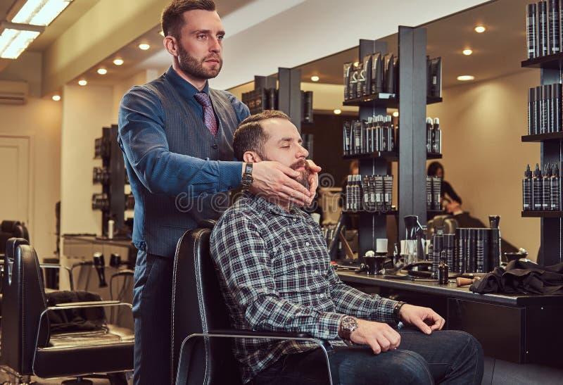 Fachowa fryzjer prawie skończona fryzura zdjęcie stock