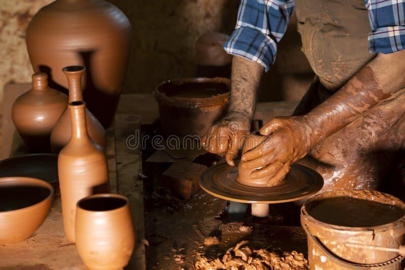 Fachowa garncarka robi pucharowi w ceramicznym warsztacie zdjęcia stock